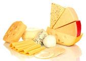 Verschiedene arten von käse, die isoliert auf weiss — Stockfoto
