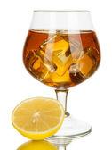 杯白兰地与冰和柠檬上白色隔离 — 图库照片