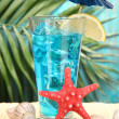 Blue Lagoon cocktail on  tropical background — ストック写真