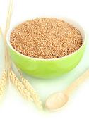 Taça verde de farelo de trigo isolado no branco — Fotografia Stock