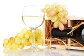 Dřevěné pouzdro s láhev vína, barel, sklenice na víno a hroznovou izolovaných na bílém — Stock fotografie