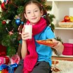 niña con bufanda rosa y vaso de leche sentado cerca de árbol de Navidad — Foto de Stock   #18293593