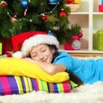 niña durmiendo cerca de árbol de Navidad — Foto de Stock   #18293595