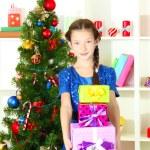 pequeña caja de regalo cerca de árbol de Navidad — Foto de Stock   #18293613