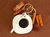 杯咖啡棕色背景上 — 图库照片