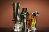 Cocktail shaker en andere barman apparatuur op kleur achtergrond — Stockfoto