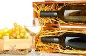 деревянный корпус с бутылки вина, рюмка и винограда, изолированные на белом — Стоковое фото