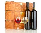 Dřevěný případy s lahví vína, izolované na bílém — Stock fotografie