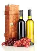 Dřevěné pouzdro s lahví vína, izolované na bílém — Stock fotografie