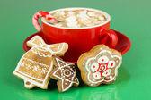 杯咖啡,在绿色背景上的圣诞甜蜜 — 图库照片