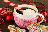 Cup of coffee with Christmas sweetness on wooden table close-up — 图库照片