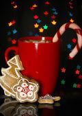 Taza de café con dulces vacaciones en navidad luces de fondo — Foto de Stock
