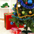 Decorated Christmas tree on home interior background — Stok fotoğraf
