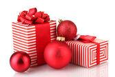Bunt rot geschenke mit weihnachtskugel isoliert auf weiss — Stockfoto