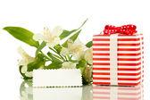 Giftbox e flores isoladas em branco — Foto Stock