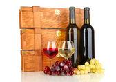 ワインのボトル白で隔離される木製ケース — ストック写真