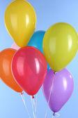 Balões coloridos sobre fundo azul — Fotografia Stock