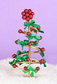 薄紫色の背景上にワイヤー クリスマス ツリー — ストック写真