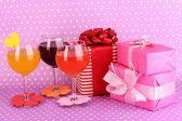 Färgglada drinkar med ljus inredning för glasögon på lila bakgrund med prickar — Stockfoto