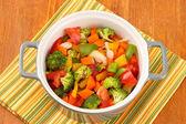 Menestra de verduras en olla gris en servilleta de color sobre fondo de madera — Foto de Stock