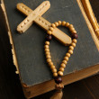 Bible, rosary and cross on wooden table close-up - 图库照片