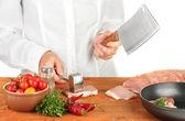 Chef corta a carne na mesa de madeira — Foto Stock