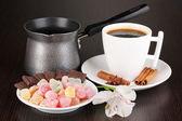 Kopp kaffe med rahat glädje och kaffe potten på träbord — Stockfoto