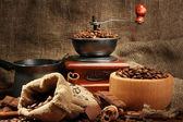 Mlýnek na kávu, turek a šálek kávy na pytlovina pozadí — Stock fotografie
