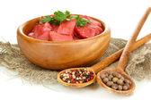 Ruwe rundvlees in kom met kruiden en specerijen geïsoleerd op wit — Stockfoto