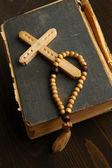 İncil, tespih ve geçici ahşap masa yakın çekim üzerinde — Stok fotoğraf