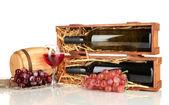 Coffret en bois avec bouteille de vin, baril, verre à vin et raisin isolé sur blanc — Photo