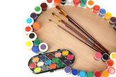Paleta de madera arte con pinceles para pintar y pinturas aislados en blanco — Foto de Stock