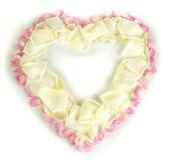 красивые сердце белый розовых лепестков, окруженный розовые лепестки, изолированные на белом — Стоковое фото