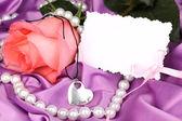 Krásné růžové růže s srdce přívěsek — Stock fotografie