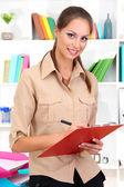 молодой бизнес женщина, стоящая с документами — Стоковое фото