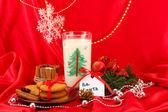 Biscotti per la santa: immagine concettuale dei biscotti allo zenzero, latte e natale decorazione su sfondo rosso — Foto Stock