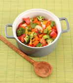 Vegetable stew in gray pot on bamboo mat background — Zdjęcie stockowe