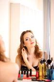 портрет привлекательной женщины, применяя парфюмерии — Стоковое фото
