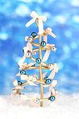 Drátěný vánoční stromeček na světlé pozadí — Stock fotografie
