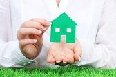 Koncept: kvinna händer med papper hus, närbild — Stockfoto
