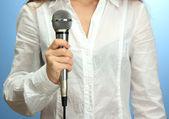 Kadın, mikrofon, yakın çekim — Stok fotoğraf