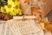 Composición otoñal con hoja de notas, flores y hojas sobre fondo brillante — Foto de Stock