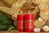 Dos velas y adornos navideños, sobre fondo de oro — Foto de Stock