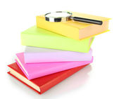 Livres de couleur avec loupe isolé sur blanc — Photo