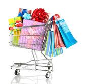Presentes de natal e compras no carrinho, isolado no branco — Fotografia Stock
