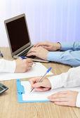 Nahaufnahme Geschäft Hände während der Teamarbeit — Stockfoto