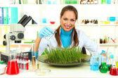 Unga kvinnliga forskare genomför experiment med växter i laboratorium — Stockfoto