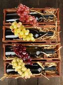 木製のテーブルの上のワインのボトルの木製ケース — ストック写真