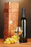Coffret en bois avec bouteille de vin sur une table en bois sur fond marron — Photo