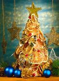 красивая новогодняя елка сухой лимонов с декором, на фоне голубой блеск — Стоковое фото